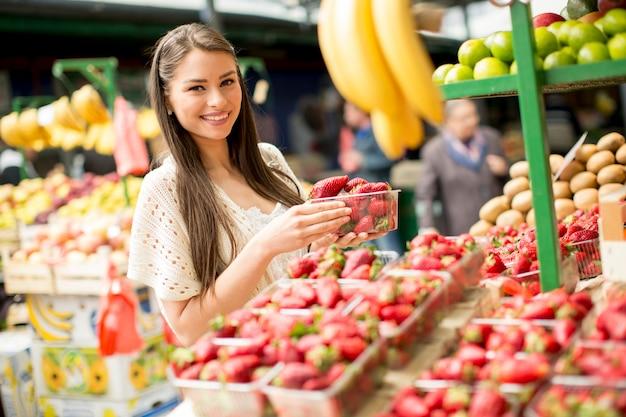 市場に出ている若い女性