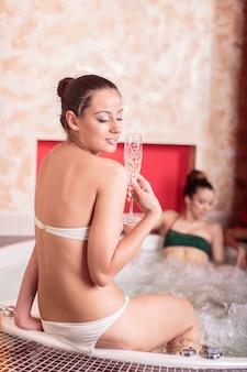 Молодая женщина расслабиться в гидромассажной ванне