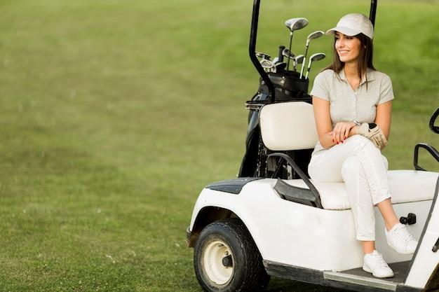 ゴルフカートで若い女性