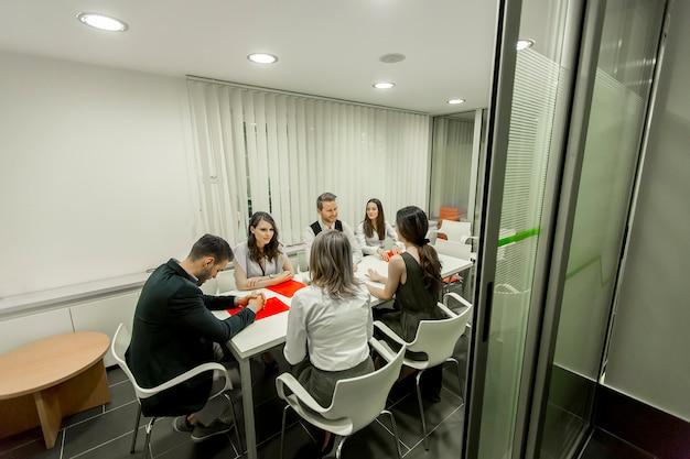 Деловые люди за столом во время встречи персонала