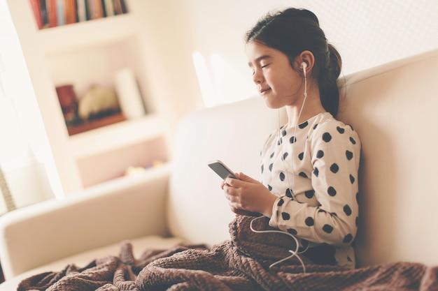 少女が音楽を聴く