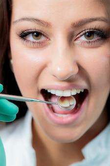 歯医者で若い女性