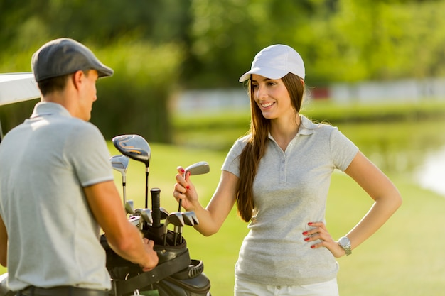 ゴルフカートで若いカップル