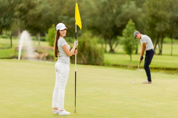 ゴルフをする若いカップル