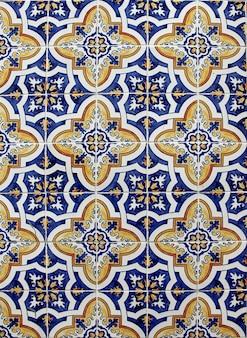 Деталь традиционных азулехос на старом доме в лиссабоне, португалия