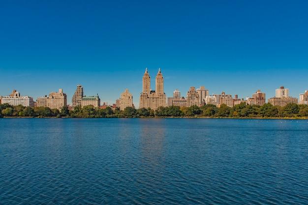 海から撮影した午後のニューヨーク市アップタウンのスカイライン