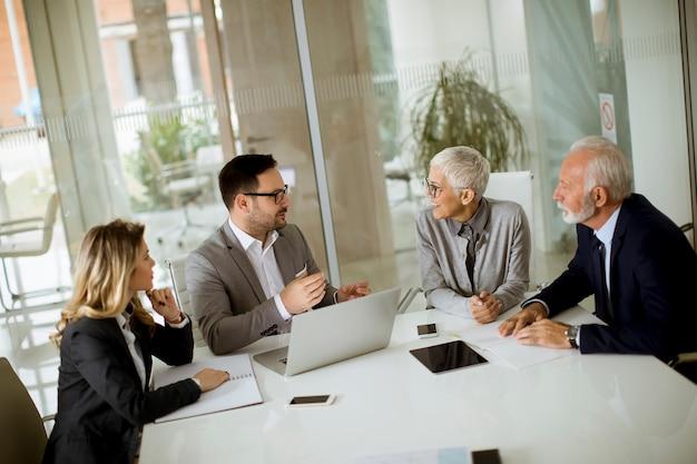 オフィスでの会議中に会議室で実業家
