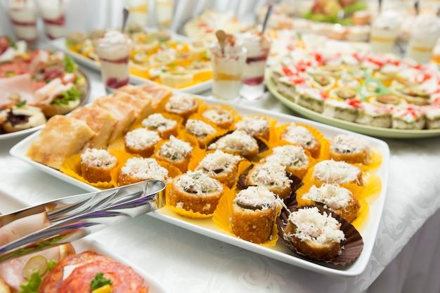テーブルの上の様々な食べ物