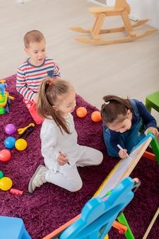 部屋で遊ぶ子供たち
