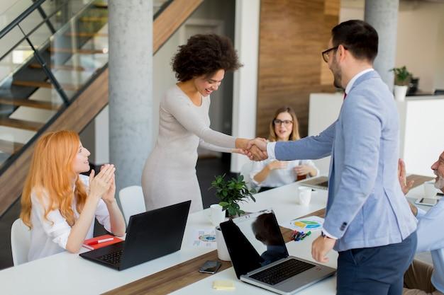 Бизнесмен рукопожатие, чтобы заключить сделку со своей партнершей