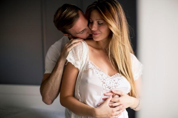 部屋で抱き締める愛情のあるカップル