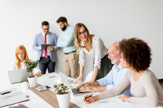 近代的なオフィスの仕事でうれしそうな多民族のビジネスチーム
