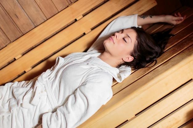 Молодая женщина в сауне