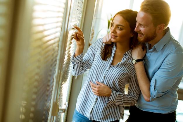 窓際の若いカップル