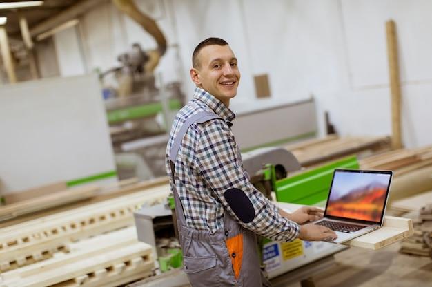 家具工場で働く若い男