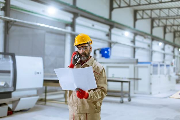 工場内の計画を見てエンジニア