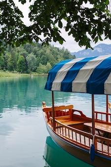 スロベニアのブレッド湖の観光船