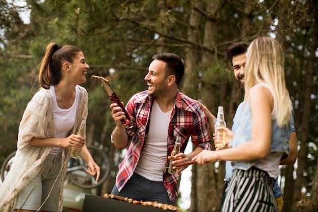 自然の中でバーベキューパーティーを楽しむ若者たち
