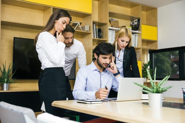 Молодые деловые люди, работающие в офисе