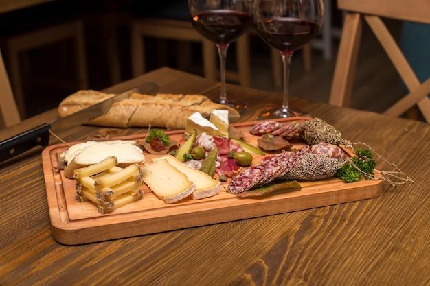 前菜としてのチーズ、ソーセージ、赤ワイン