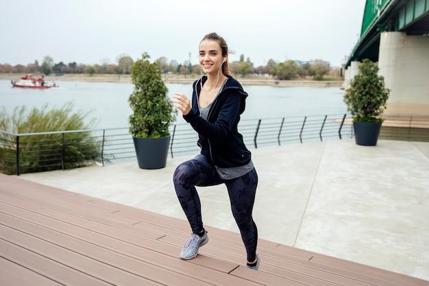 スポーツの服を着て屋外を走っている女性