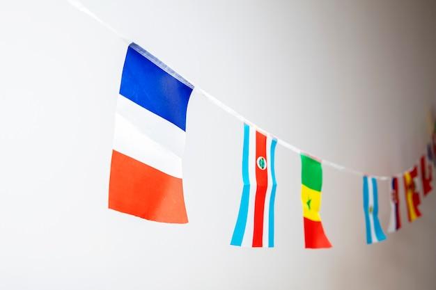 ロープにぶら下がっているさまざまな国の三角形の旗