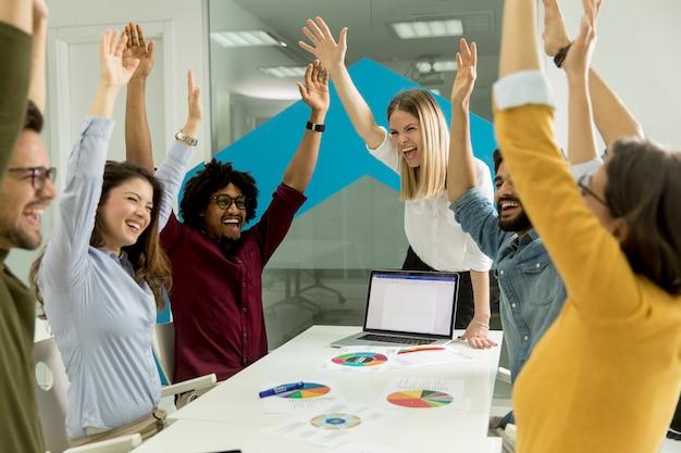 Успешные молодые бизнесмены, имеющие встречу в современном офисе