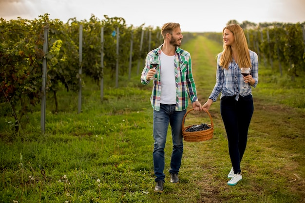 ぶどう畑でのワインの試飲
