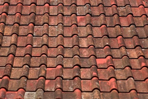 古い赤とオレンジの風化した屋根瓦テクスチャ背景