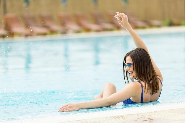 プールの若い女性
