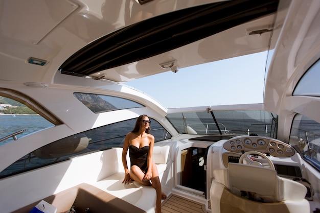 かなり若い女性、晴れた日にヨットでリラックス