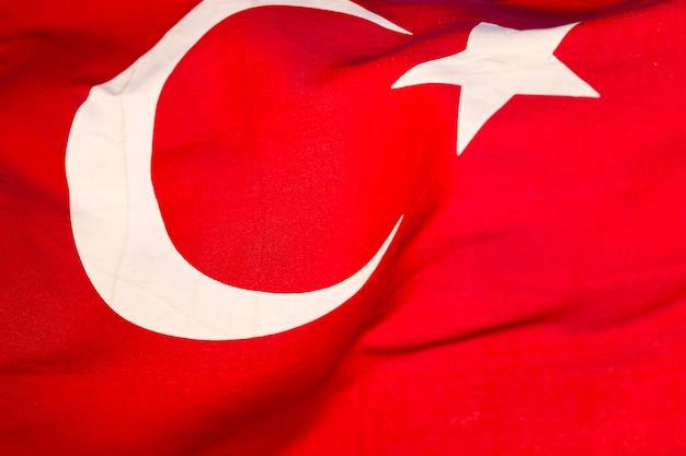 トルコの旗が風になびかせて