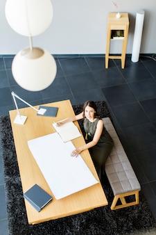 プロジェクトに取り組んでいる若い女性建築家