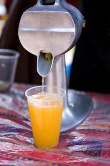 新鮮なオレンジジュースを絞る