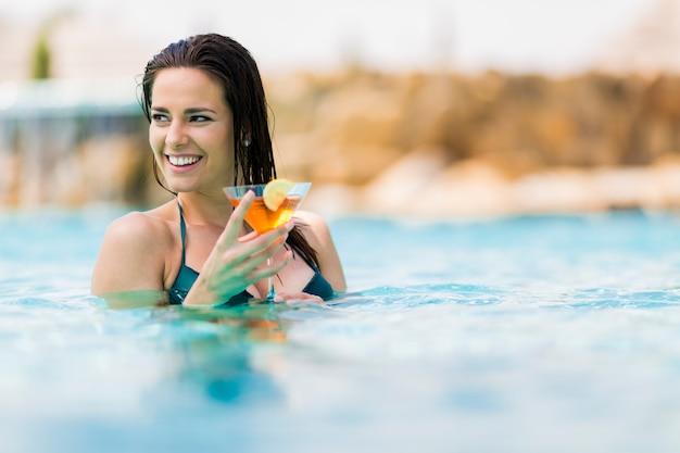 プールでかなり若い女性