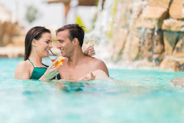 プールで若いカップル
