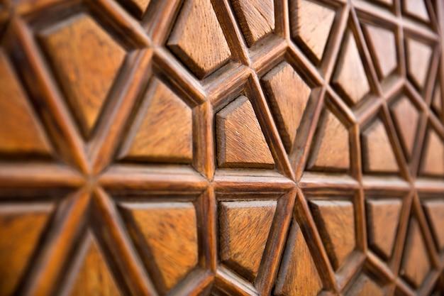 トルコ、イスタンブールのスレイマニエモスクから伝統的な木彫りの飾りの詳細