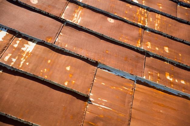 さびたトタン金属の屋根のテクスチャ