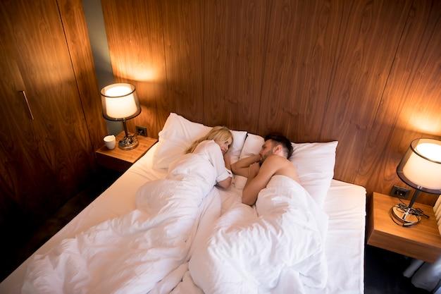 自宅のベッドにぴったりの素敵なカップル