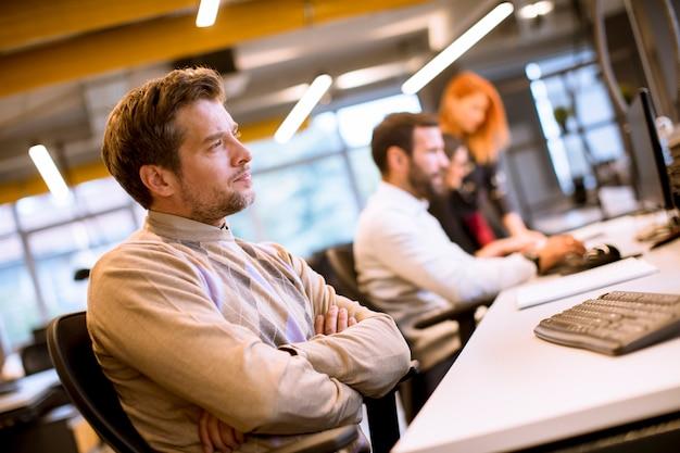 オフィスで働く若いビジネス人々