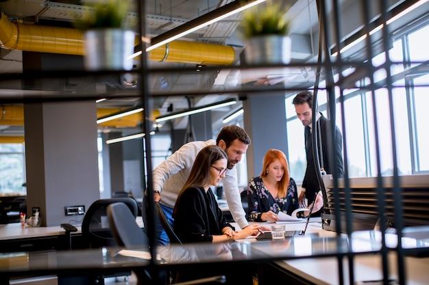 近代的なオフィスのビジネス人々