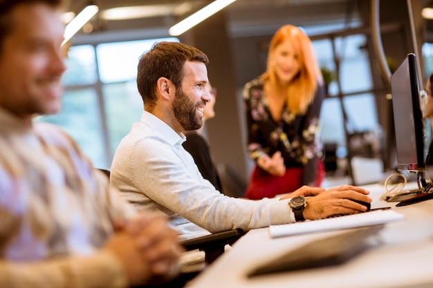 Деловые люди в современном офисе