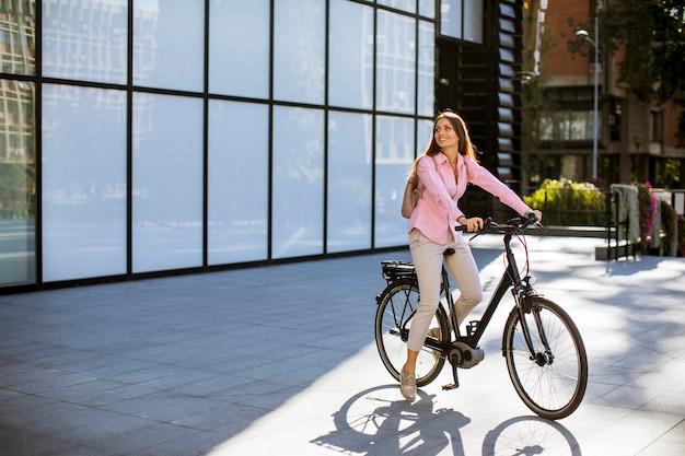 電動自転車に乗る若い女性