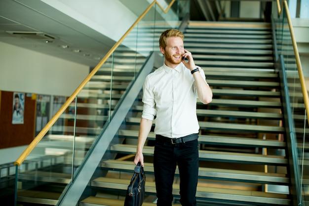 Молодой бизнесмен на лестнице