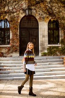 Милая молодая женщина гуляя в парк осени