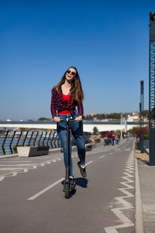 通りで電動スクーターに乗ってかなり若い女性