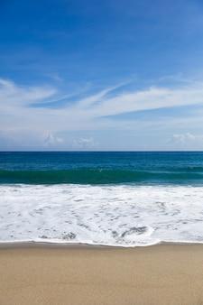 砂浜のビーチで柔らかく美しいカリブ海の波