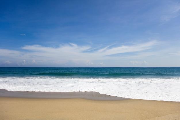 Мягкая красивая карибская морская волна на песчаном пляже