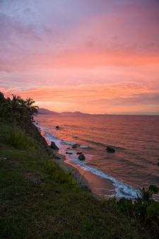 コロンビアのサンタマルタの海岸に沈む夕日