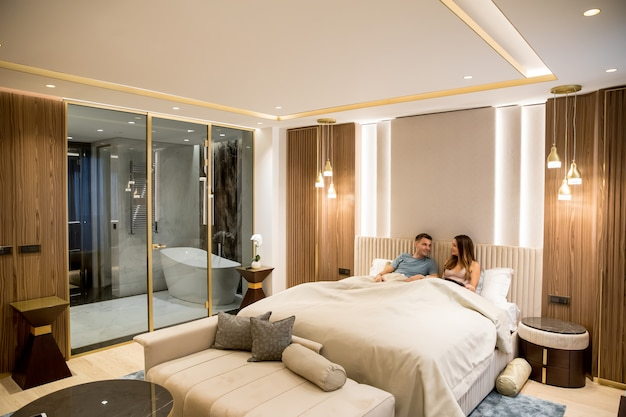 Расслабленные молодые влюбленные в роскошной квартире ночью